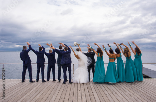 Valokuva Guests on the wedding celebration are holding their hands up wit