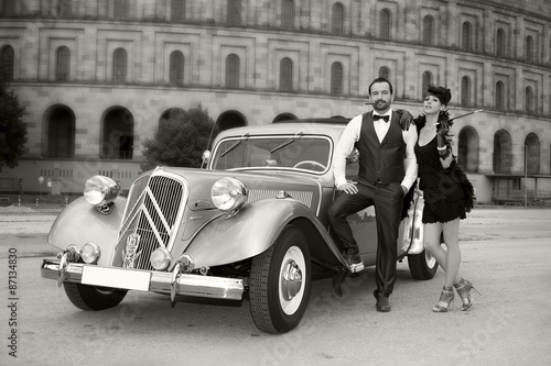 Frau und Mann mit Retro Auto in den 50er Jahren