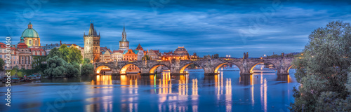 Photo Prague at night Charles Bridge to the river and the old town center/The historic
