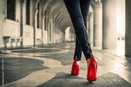 Obraz na plátně Procházka v Benátkách v červených vysoké podpatky