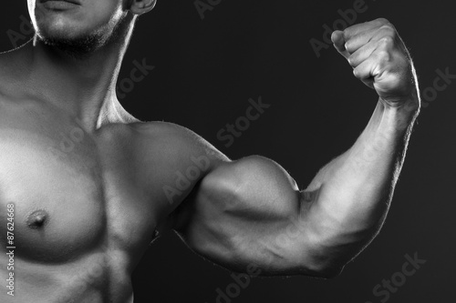 Canvas Bodybuilder showing his back and biceps muscles, personal fitnes