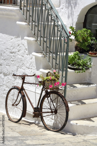 BICICLETTA A OSTUNI IN ITALIA #87710281