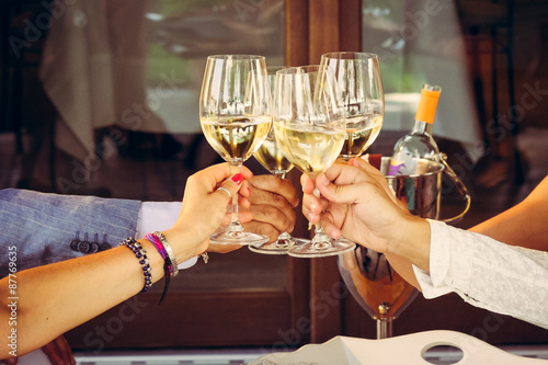 Canvas Aperitivo e brindisi con bichieri di vino bianco