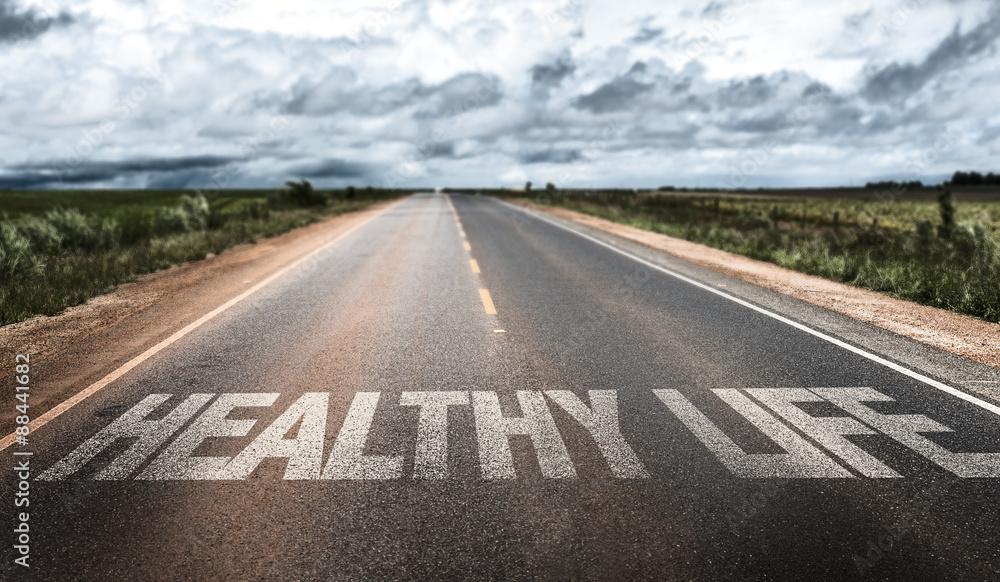 Zdrowe życie napisane na wiejskiej drodze <span>plik: #88441682 | autor: gustavofrazao</span>