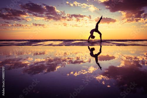 Frau praktizieren Yoga Fototapete