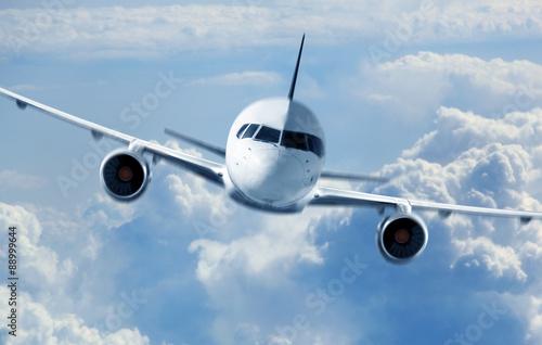 Tableau sur Toile Passenger Airliner voler dans les nuages