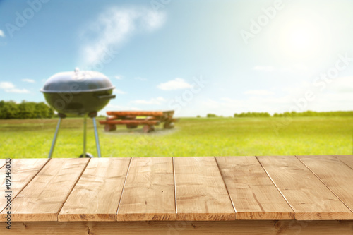 Fotografija wooden desk and grill
