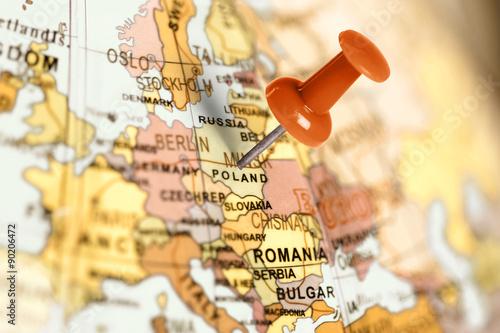Fototapeta Lokalizacja Polski - czerwona szpilka na mapie do pomieszczenia