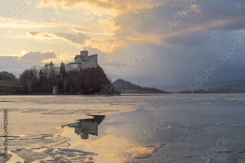 Fototapeta Odbicie zamku w Niedzicy w zamarzniętym jeziorze Czorsztyńskim na wymiar