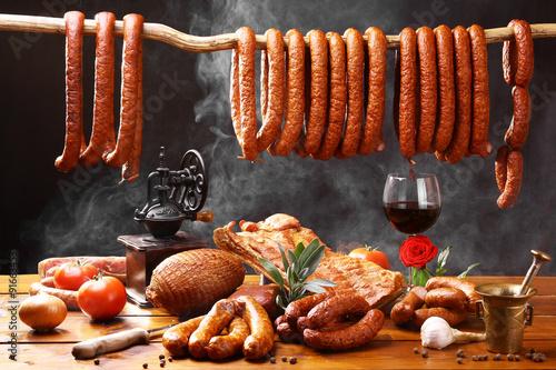 Wiejski stół z mięsem i winem