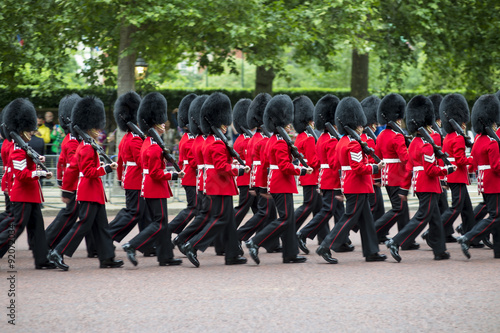 Fotografia Queen's foot guards marching in formation down The Mall in a royal Trooping the