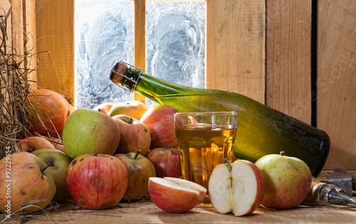 Fotografia bottle and glass of cider with apples