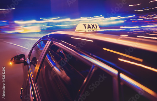 Fotografía Taxi taking a left turn at night