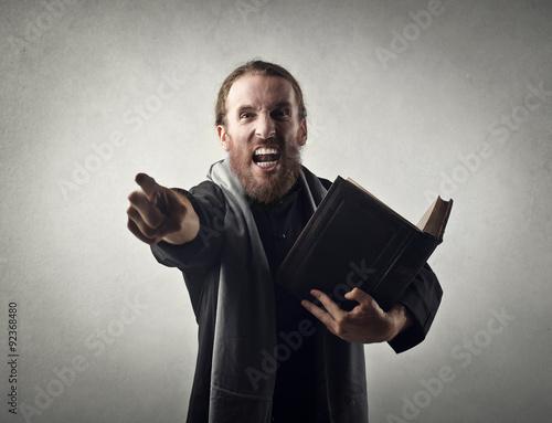 Fotografia Angry priest doing a sermon