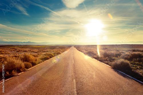 Concepto de viaje en coche y aventuras.Paisaje y atardecer.Carreteras del mundo hacia el destino