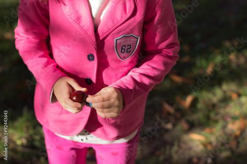 dziecko przedszkolak na jesiennym spacerze
