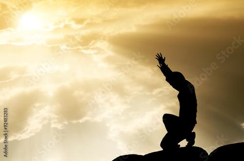 Fotografia praying man on beautiful sky background