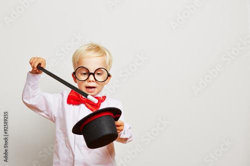 Billede på lærred Kind als Zauberer zaubert aus Zylinder