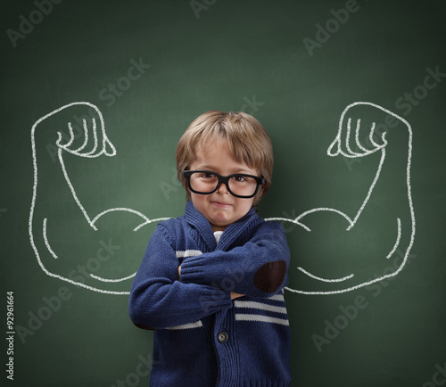 Photo Strong man child showing bicep muscles