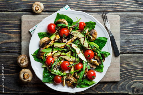 Photo Chicken salad with avocado