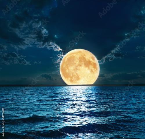super księżyc nad wodą