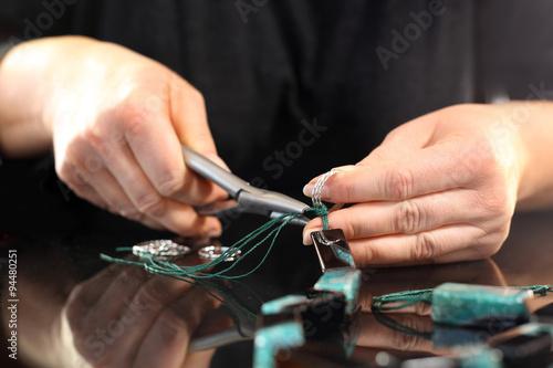 Szmaragdowy naszyjnik, piękna zielona biżuteria .  Praca przy produkcji korali w zakładzie jubilerskim