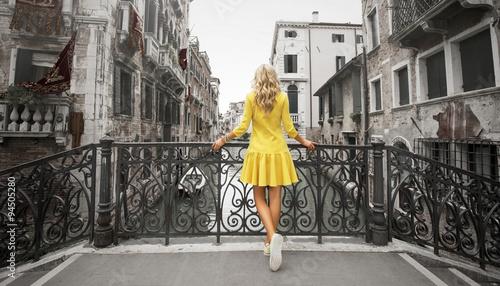 Fototapeta premium Elegancka dama stoi na moście