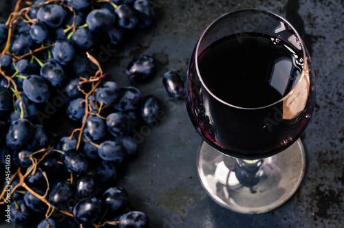 Fotografie, Obraz Sklenice červeného vína s hrozny