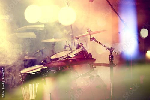 Fondo de la música en vivo. Bateria sobre el escenario.Concierto. #94601450