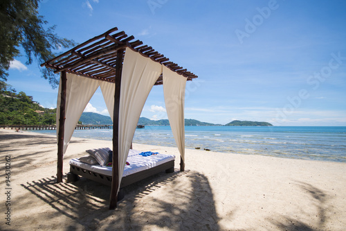 Photographie beautiful wooden arbor on the beach