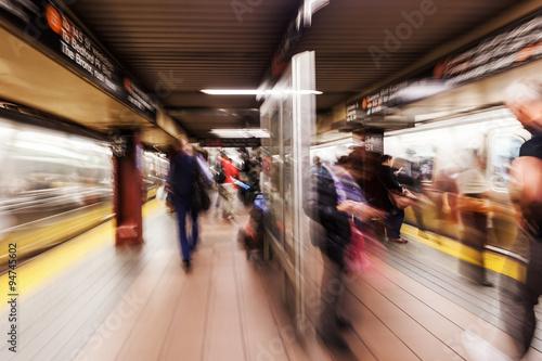Bild mit kreativem Zoomeffekt einer U-Bahn-Sation in Manhattan, NYC