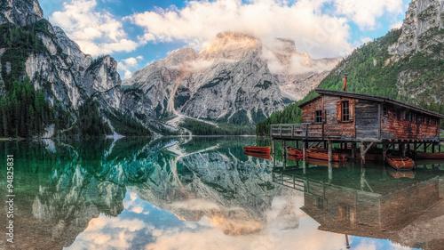 Naklejka premium Dom na łodzi nad jeziorem