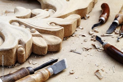 Slika na platnu wood carvings, tools and processes work closeup