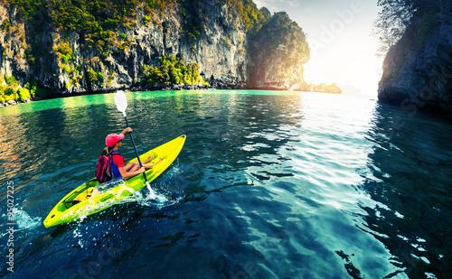 Photo Kayaking near rocks