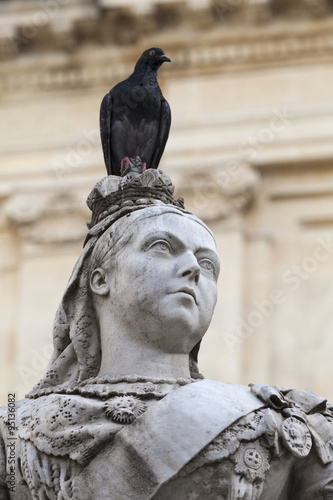 Carta da parati sculpture of Queen Victoria with pigeon in capital of Malta- Valletta, Europe