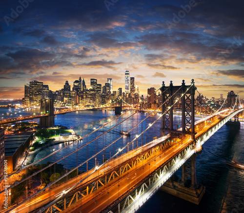 Fototapeta premium Miasto Nowy Jork - Manhattan po zmierzchu - piękny pejzaż miejski