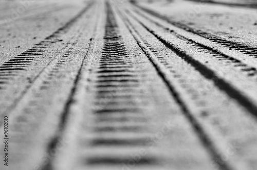 Trace de pneu dans le sable en gros plan et noir et blanc #96102810