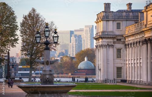 Fotomural LONDON, UK - OCTOBER 31, 2015: Canary Wharf business and banking aria view from