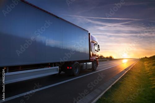 Fototapeta premium Ciężarówka na drodze
