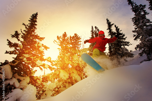 Photo Snowboarder doing a toe side carve