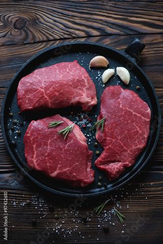 Fotografie, Obraz Pánev s čerstvými nevařené mramorované hovězích steaků