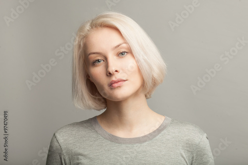 Tela close up portrait of young beautiful blonde woman on gray background