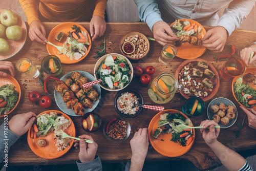 Tableau sur Toile Bénéficiant d'un dîner avec des amis.