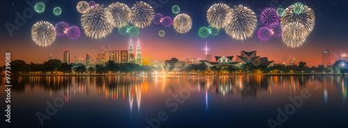 Naklejka na szafę Piękne fajerwerki nad panoramą miasta Kuala Lumpur