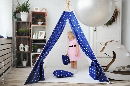 The little girl is in a wigwam Fototapeta