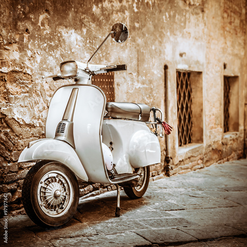 Canvas Print Italian Scooter in Grungy Alley, Vintage Mood