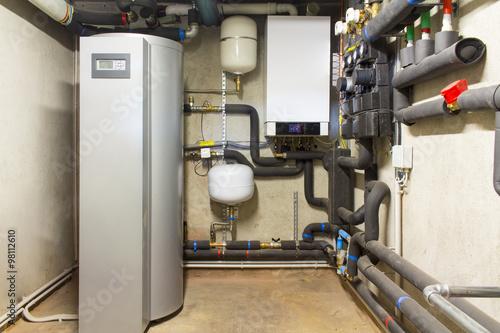 Caldaia a gas a condensazione e serbatoio solare per acqua calda Fototapeta