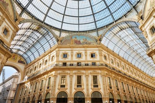 Fototapeta premium Mediolan, widok wnętrza galerii Vittorio Emanuele w słoneczny dzień