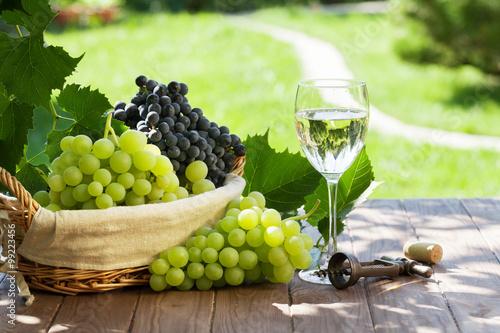 Fotografie, Obraz Bílé víno sklo, červené a bílé hroznové