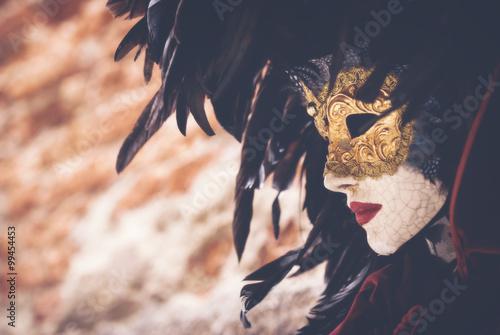 Obraz na plátně Karnevalová maska - Dekorativní maska v ulicích Benátek.